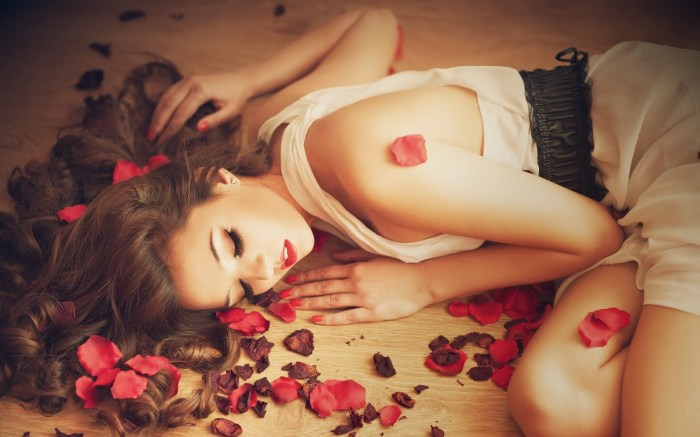 Awesome-Girl-Rose-Petals-Beautiful-HD-Wallpaper-FreeHDWall.Blogspot.Com_